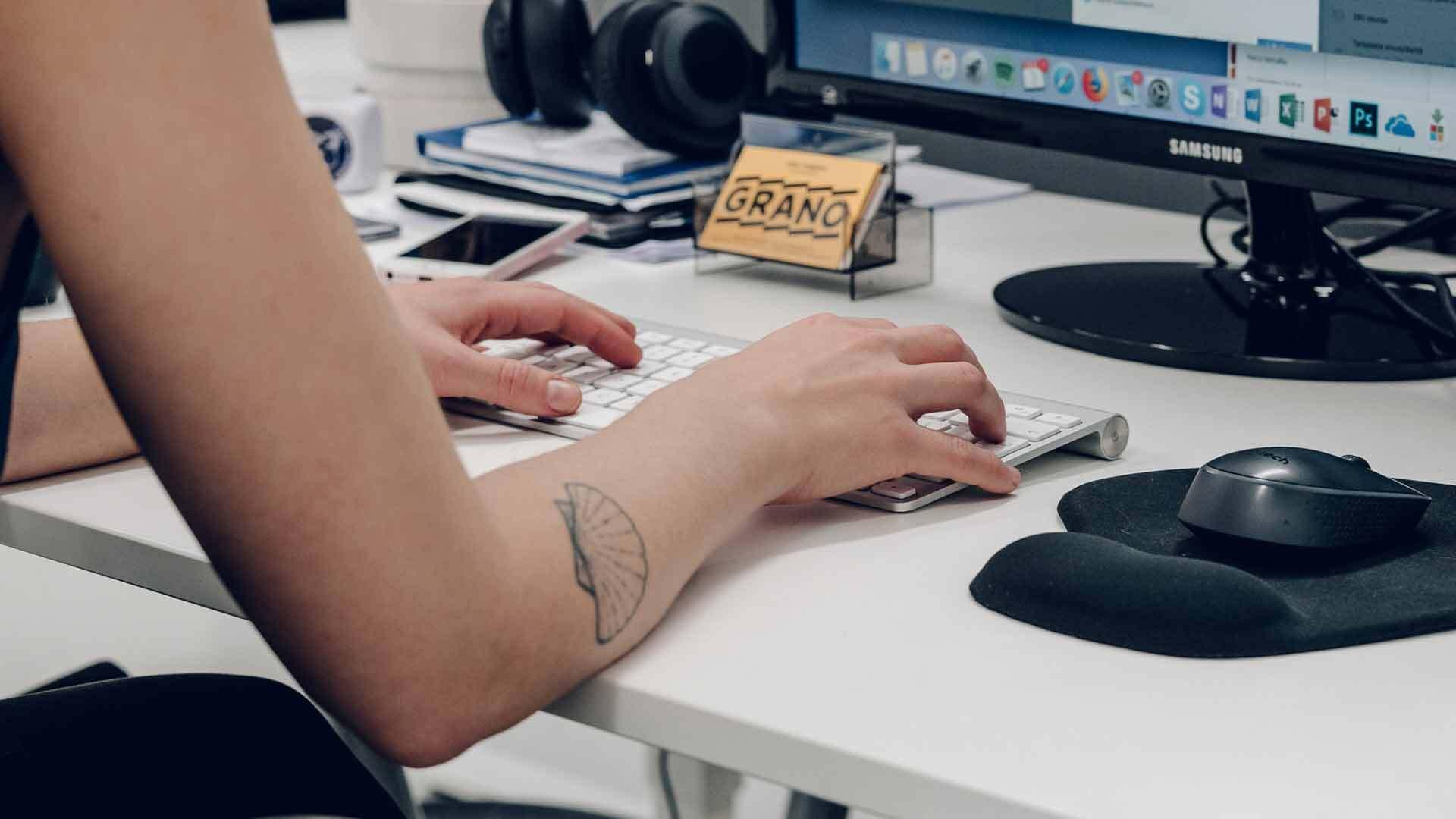 Ihminen kirjoittaa blogia